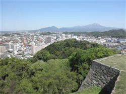 米子城跡天守台からの眺望。青空の下に米子市街が広がっています
