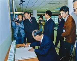 米子市交流展示室でサインする野坂市長