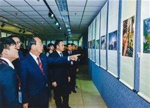 一緒に写真を鑑賞する野坂市長と李俊嶺副市長